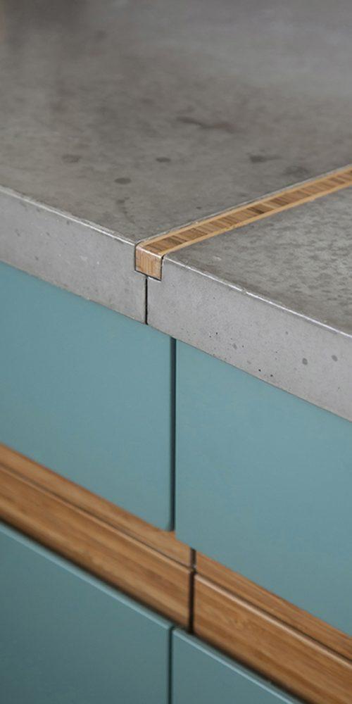 13פרט חיבור החלקים השונים של משטח הבטון שנוצק במיוחד בצורה זו לקבל את הבמבוק כמחבר